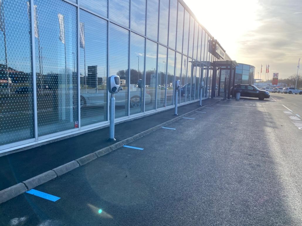Elektriker som installerar laddstolpar i Trollhättan